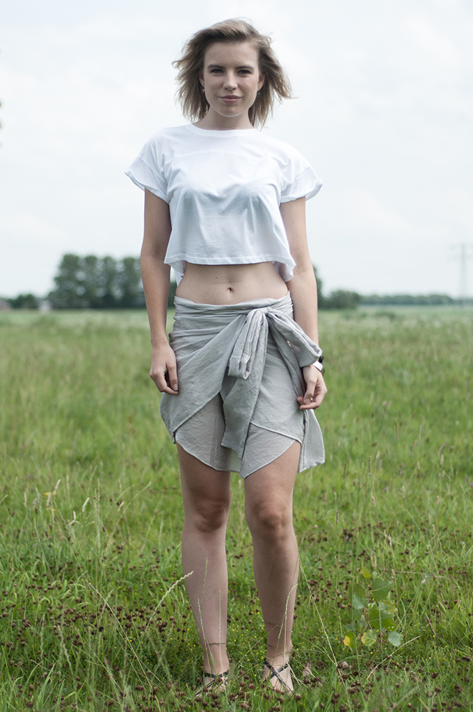 Fashion blogger streetstyle wearing H&M divided crop top showing bare belly mid riff shirt skirt