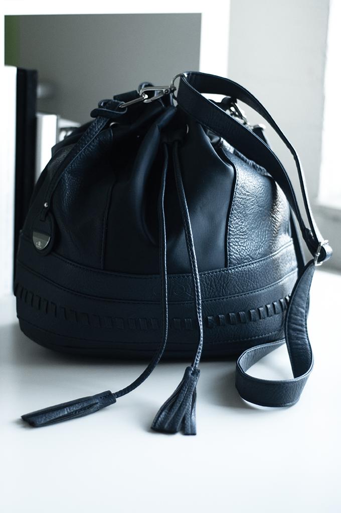Fashion blogger wearing Elite models bag drawstring leather navy dark blue via sarenza