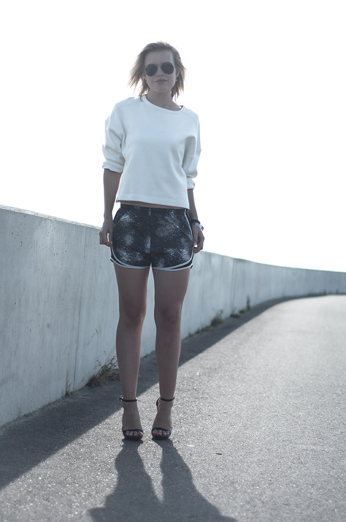 Fashion blogger wearing outfit Nike tempo galaxy print shorts running streetstyle sportsluxe sporty chic