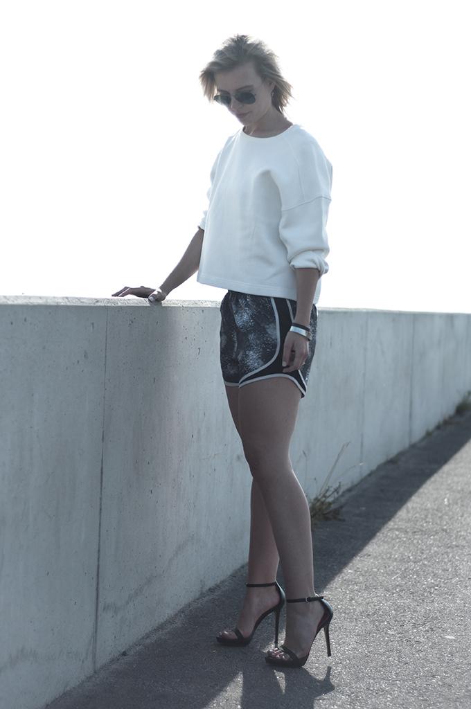 Fashion blogger wearing black grey galaxy print shorts white oversized sweater zara Ray-Ban 3025 aviator gunmetal