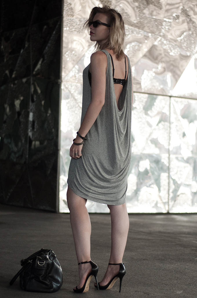 outfit fashion blogger wearing low back dress basic jersey grey pieces otto classy crystal bra kock off KO barcelona