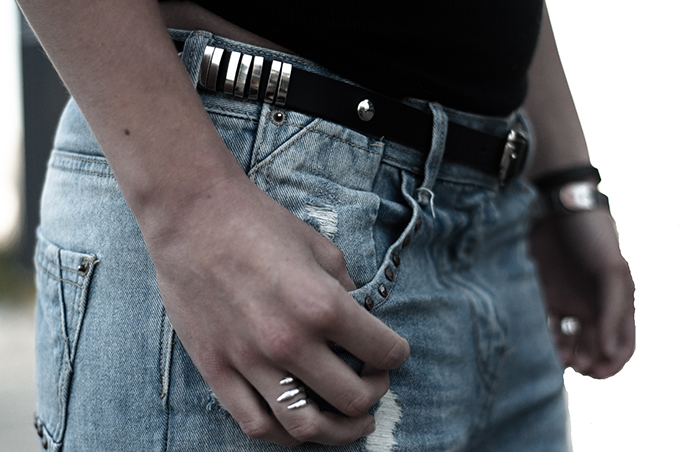Outfit details fashion blogger streetstyle blue oversized boyfriend baggy denim slashed distressed jeans claw ring silver rings belt