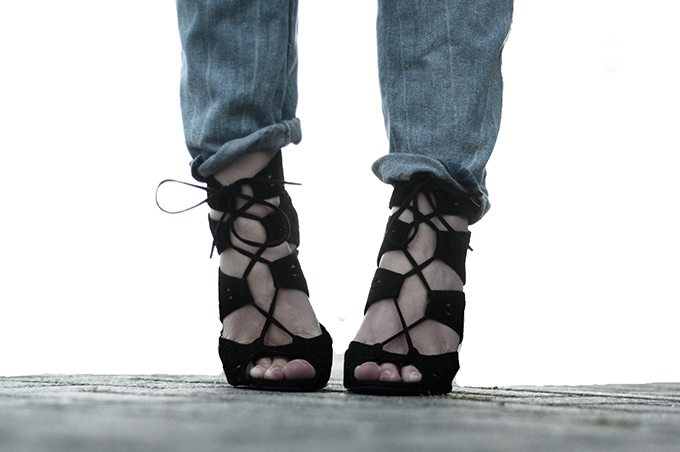 Outfit details Zara lace up shoes heels black suede light blue denim cropped crop jeans fold over legs