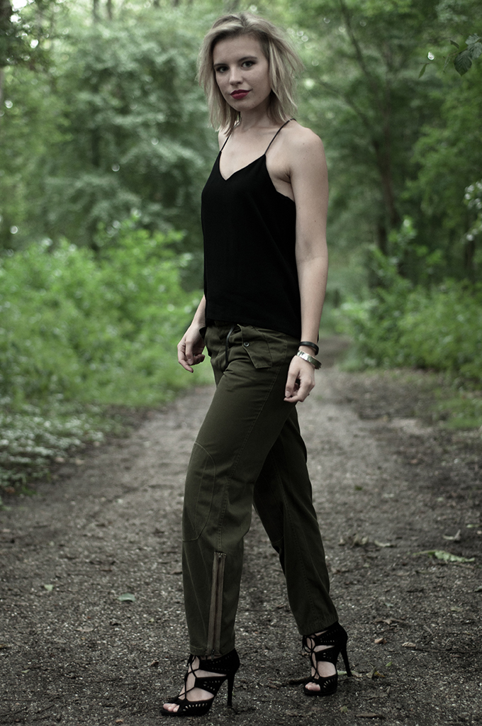 Fashion blogger wearing cargo army pants vintage thrifted streetstyle olive green boyfriend trousers H&M trend top Nelly