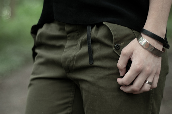 Outfit details black H&M trend top leather spaghetti straps olive green cargo army pants trousers Nelly