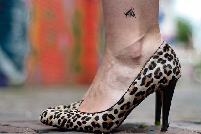 De krantenkapper temporary tattoo bumblebee humblebee hommel bee design ankle placing animal print leopard ponyhair pumps heels manfield
