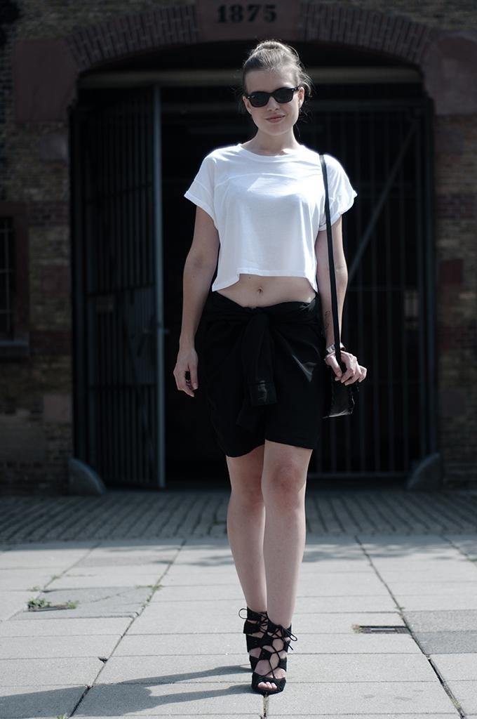 Fashion blogger wearing DIY shirt skirt crop top oversized comfy ray-ban wayfarer streetstyle