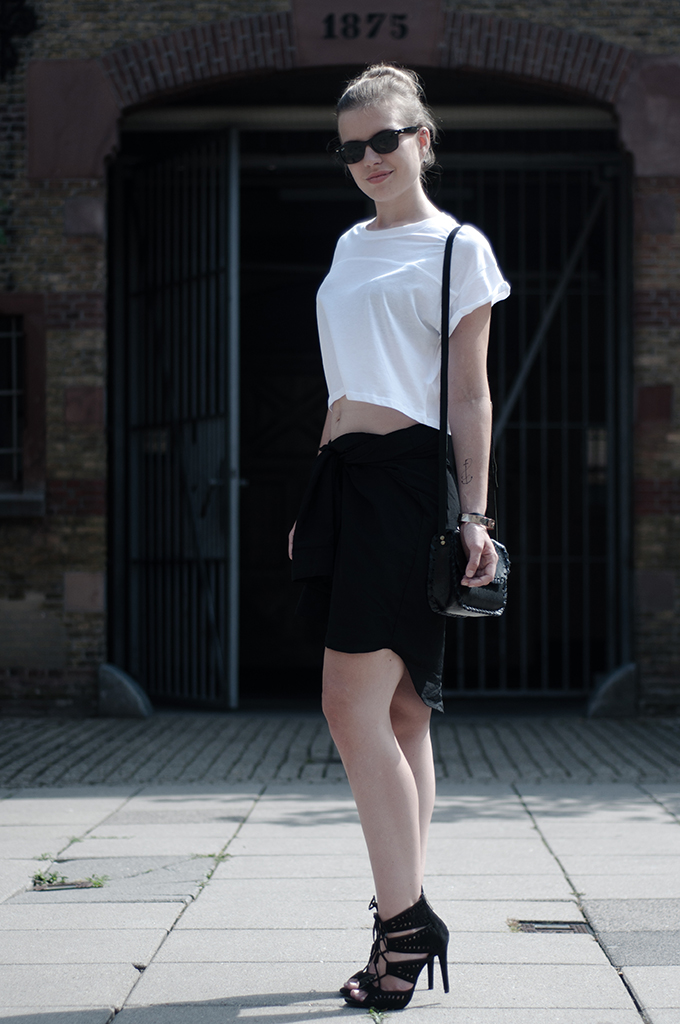 Fashion blogger wearing black and white outfit temporary tattoo de krantenkapper anchor small DIY shirt skirt crop top