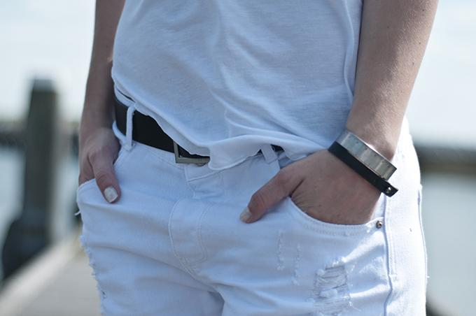 Outfit details streetstyle fashion blogger white nails nailpolish black belt ripped slashed