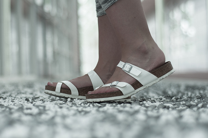 Outfit details Birkenstock sandals shoes all white mayari sarenza close-up fashion blogger wearing
