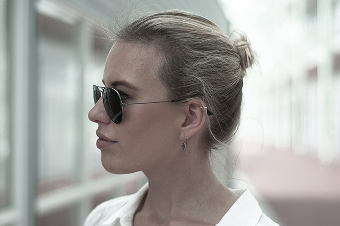 Fashion blogger model blond bun knot helix piercing ray-ban aviator 3025 gunmetal cross earrings