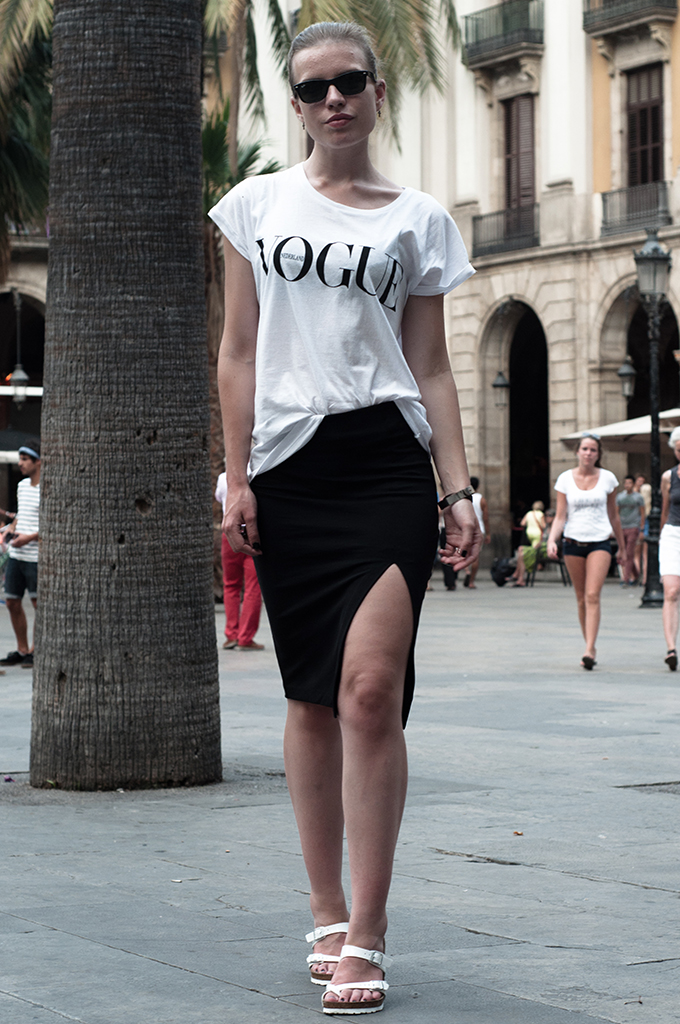 Fashion blogger outfit wearing Dutch Vogue tee t-shirt streetstyle pencil skirt model off duty styling barcelona magazine