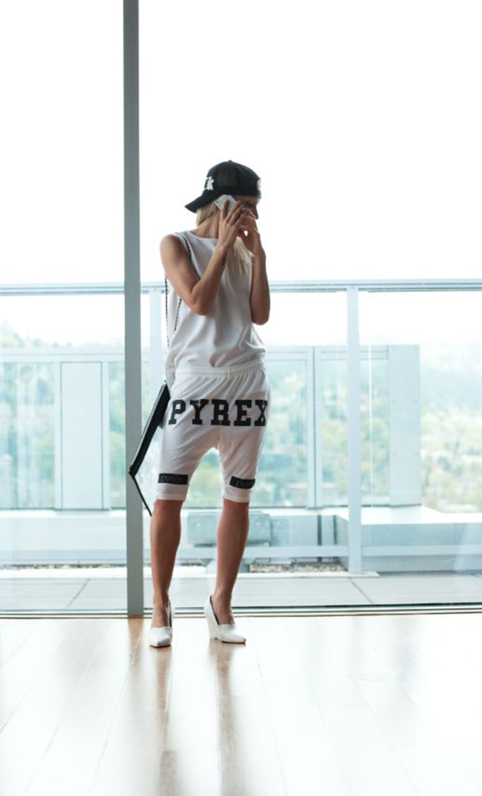 Fashion blogger streetstyle wearing Pyrex shorts baggy oversized heels sporty comfy look outfit fashion inspiration