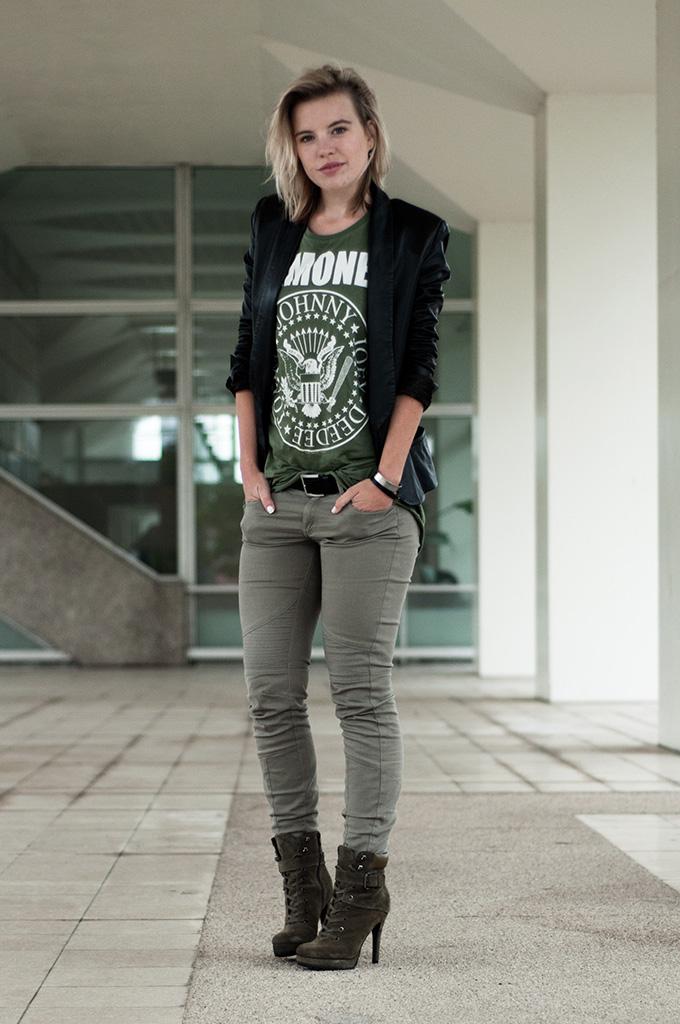 Fashion blogger wearing green Ramones tee