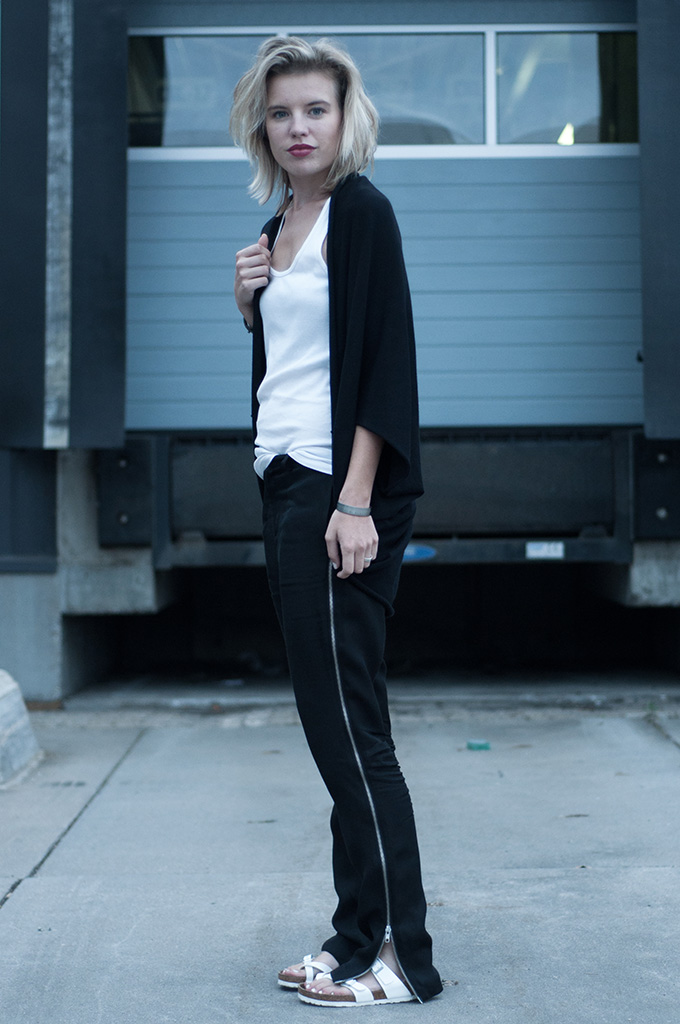 Slouchy oversized tappered boyfriend pants trousers birkenstock mayari sandals black and white look fashion blogger