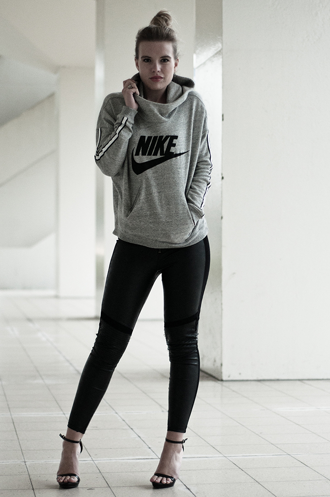 sportsluxe sporty outfit streetstyle fashion blogger oversized baggy Nike sweater hoodie District 72