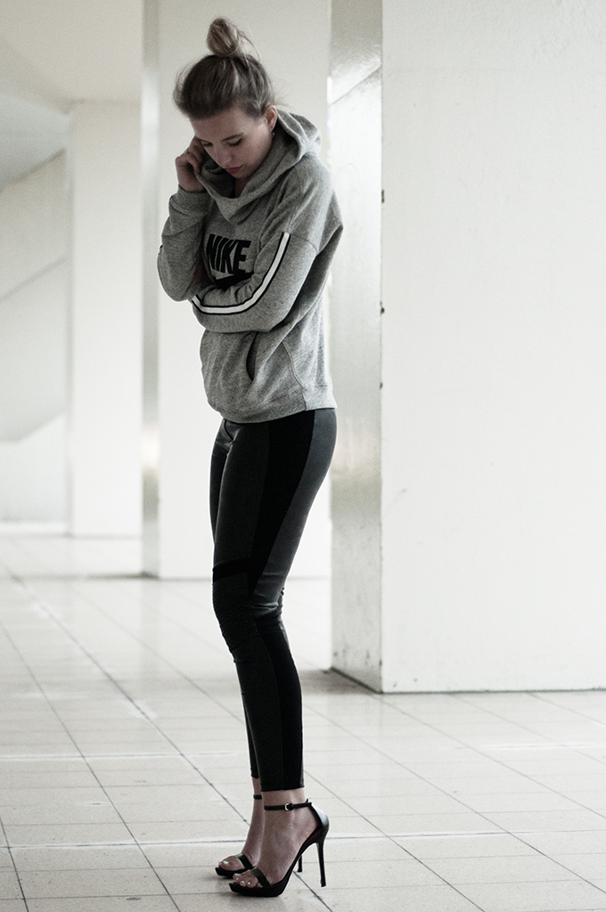 Fashion blogger wearing clean minimalistic dark outfit black faux leather leggings H&M Dragon Tattoo