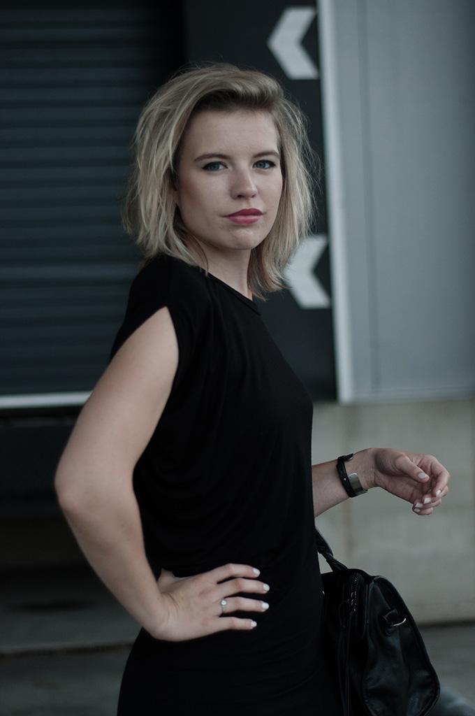 Fashion blogger dark edgy black maxi dress messy hair
