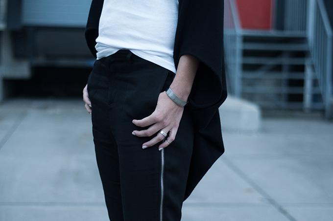Outfit details streetstyle model off duty fashion blogger nelly nowhere salomon side zipper pants round cardigan zara white nailpolish
