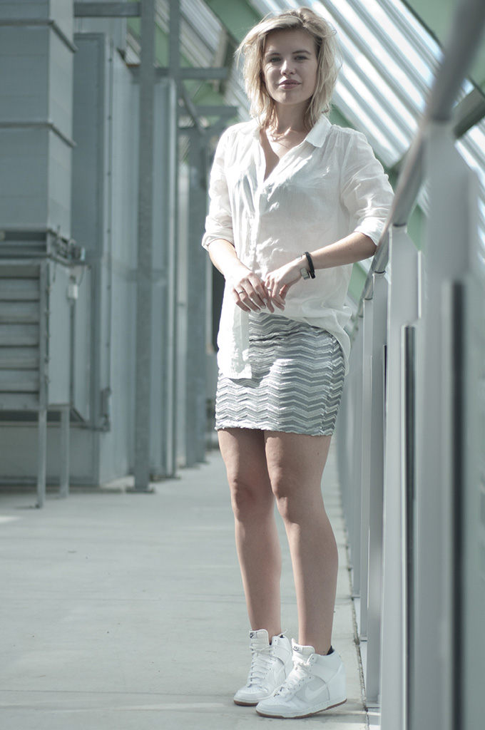 All white everything outfit streetstyle sequin skirt ModeMusthave Nike dunk sky hi