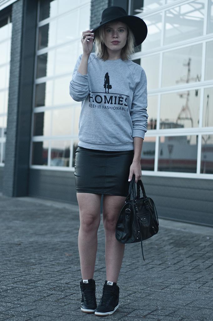 Fashion blogger streetsyle model Homies sweater brian lichtenberg H&M new icons floppy hat nike dunk sky hi mesh all black
