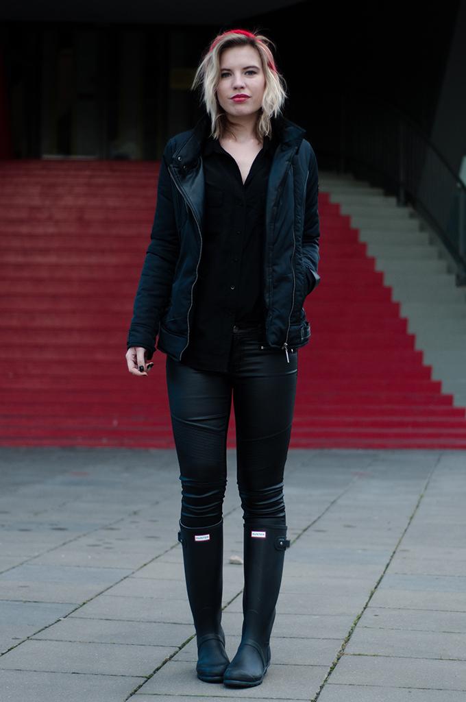 RED REIDING HOOD: Fashion blogger wearing hunter wellies red boyfriend beanie all black everything