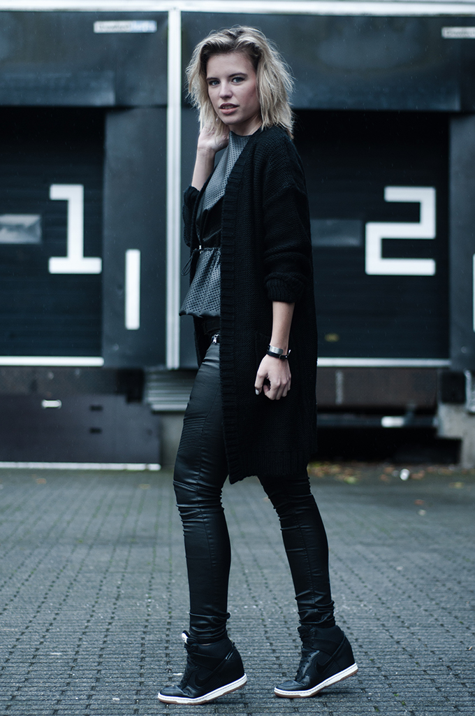 RED REIDING HOOD: Fashion blogger wearing all black everything rock chic outfit messy hair Nike dunk sky hi sneakers