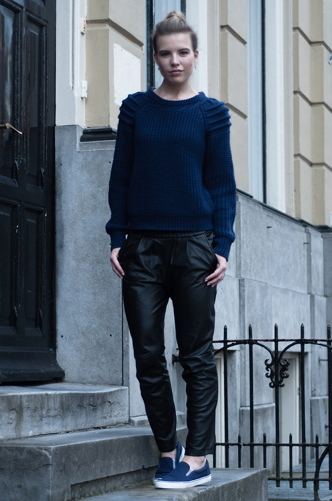RED REIDING HOOD: Outfit fashion blogger wearing boat shoes givenchy slip ons navy blue nelly trend ottoman sweater