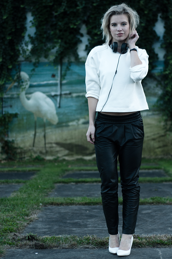 RED REIDING HOOD: Scandinavian minimalistic outfit fashion blogger black and white tappered leather pants mango