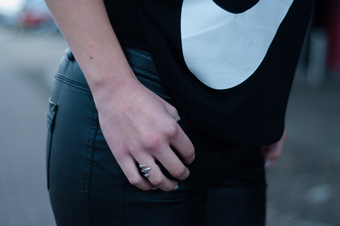RED REIDING HOOD: All black everything outfit details Nike signal tee big logo swoosh silver claw ring
