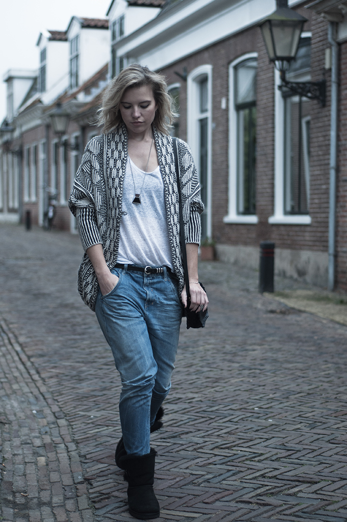 RED REIDING HOOD: Fahsion blogger wearing comfortable outfit UGG boots zara knit boyfriend jeans streetstyle look