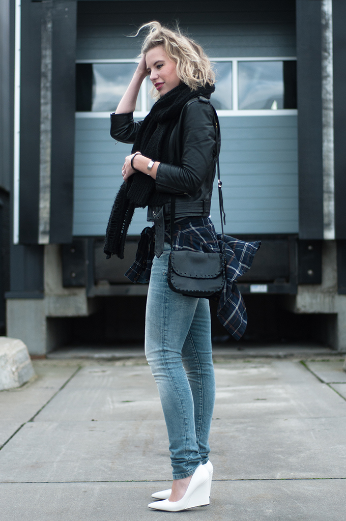 RED REIDING HOOD: Streetstyle shirt tied around waist tartan plaid blouse The Sting jeans fashion blogger outfit