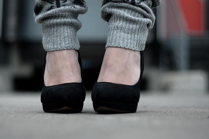 RED REIDING HOOD: Outfit details fashion blogger grey OnePiece onesie jumpsuit knitted knitwear knit legwarmers suede pointy pumps black KG bu Kurt Geiger spartoo