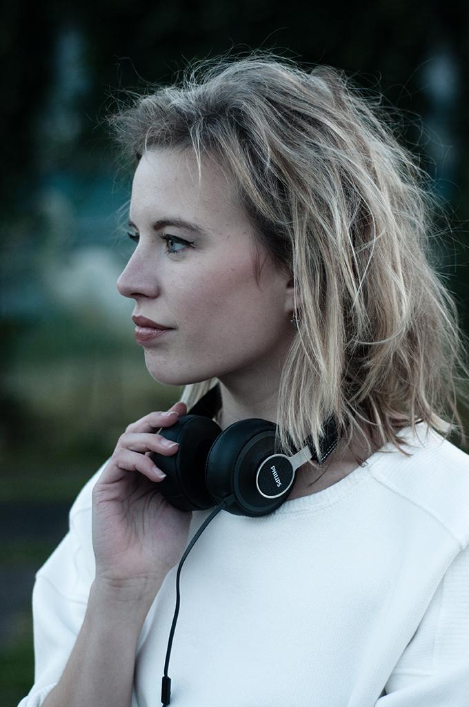 RED REIDING HOOD: Fashion blogger messy hair don't care short volume model philips citiscape headphones