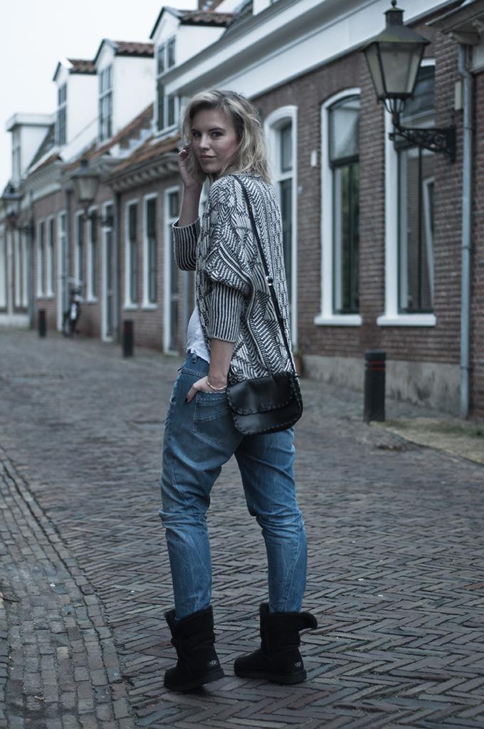 RED REIDING HOOD: Fashin blogger comfy outfit diesel fayza boyfriend jeans zara knit UGGS streetstyle model off duty