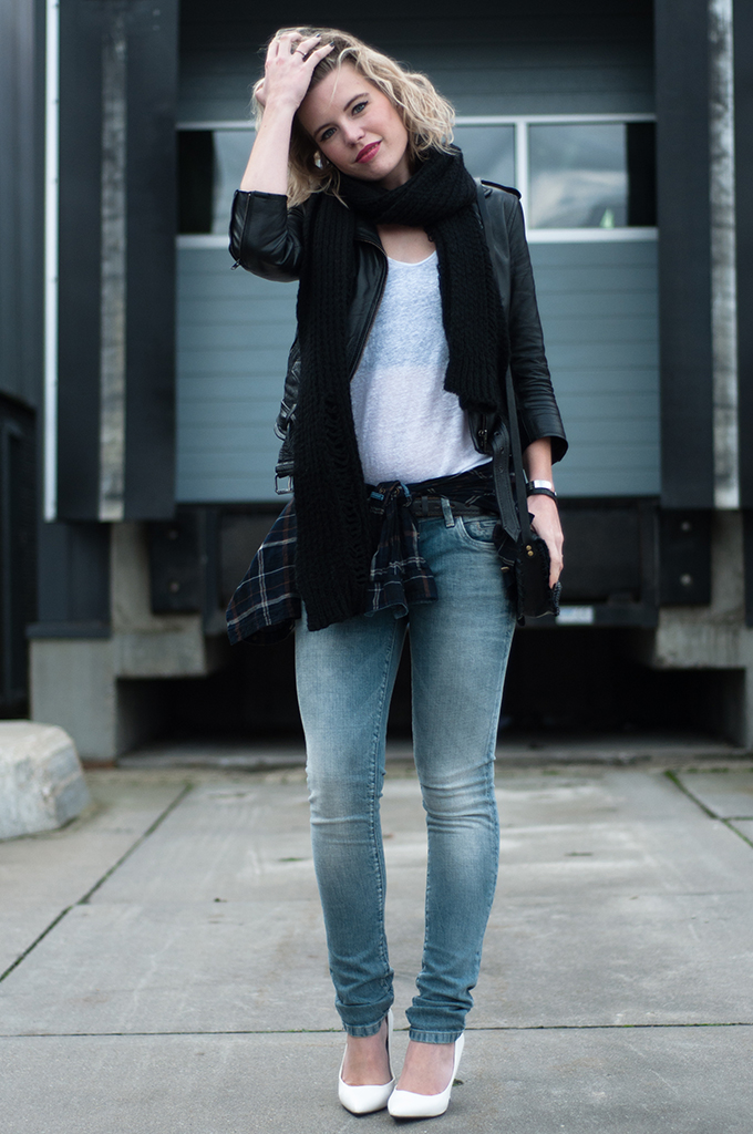 RED REIDING HOOD: Fashion blogger outfit wearing tartan blouse tied around waist trend streetstyle look