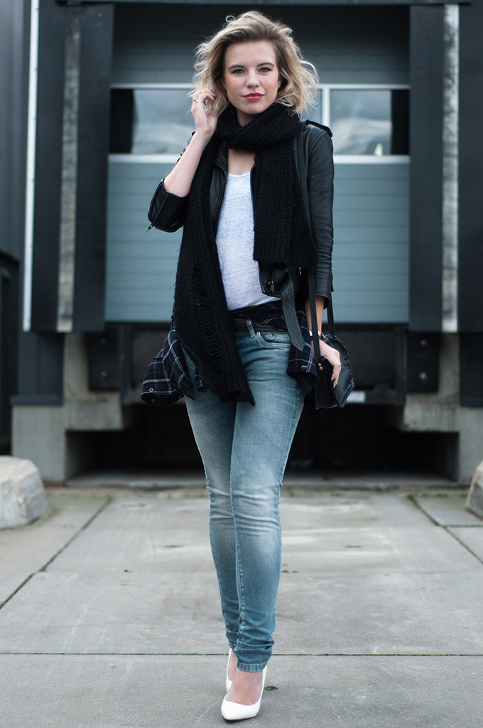 RED REIDING HOOD: Rock chic fashion blogger style shirt tied around waist fashion week streetstyle The Sting jeans leather