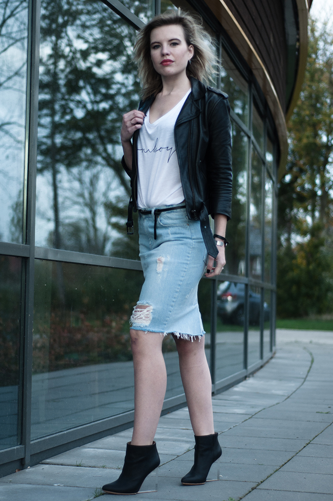 RED REIDING HOOD: Fashion blogger wearing rock chic outfit tomboy crop top ripped denim skirt outfit
