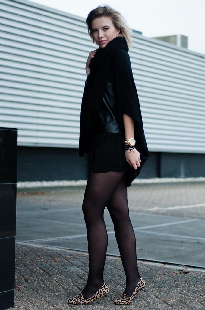 RED REIDING HOOD: Streetstyle fashion blogger weaing all black everything outfit Zara lingerie inspired leopard loafers