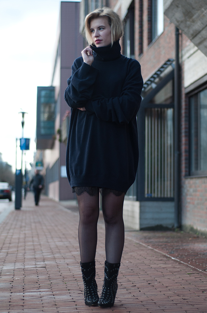 RED REIDING HOOD: Fashion blogger wearing Maion Martin Margiela for H&M cashmere turtleneck navy outfit streetstyle model off duty oversized sweater