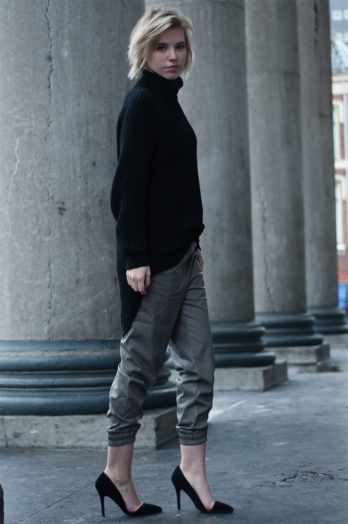 RED REIDING HOOD: Streetstyle fashion blogger turtleneck tappered leather pants pointy heels