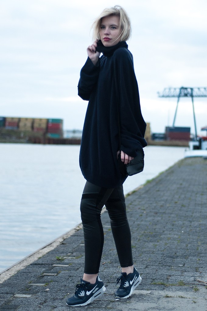RED REIDING HOOD: Fashion blogger wearing cashmere turtleneck Nike Air Max sneakers navy blue streetstyle