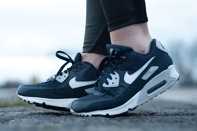 RED REIDING HOOD: Fashion blogger wearing Nike Air Max classic one sneakers navy blue