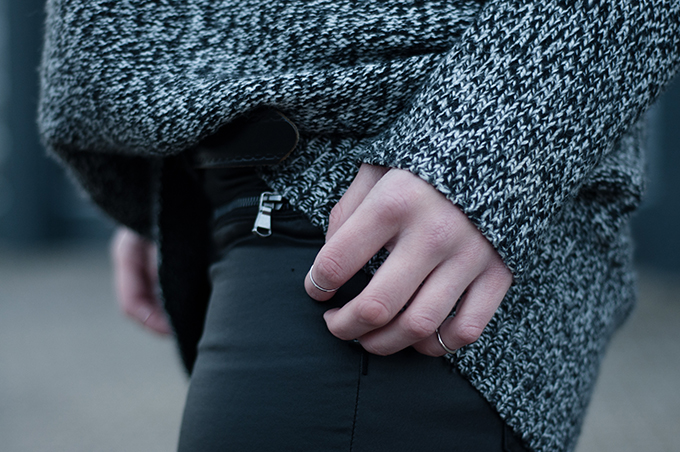 RED REIDING HOOD: Fashion blogger outfit details oversized grey melange sweater above knuckle rings