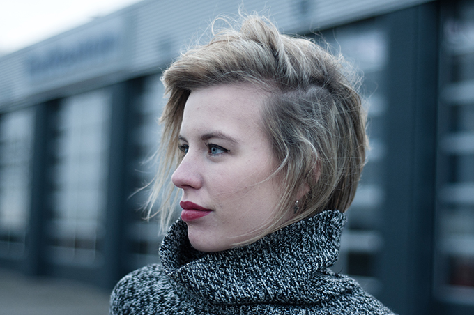 RED REIDING HOOD: Model off duty fashion blogger short hair tucked in turtleneck sweater