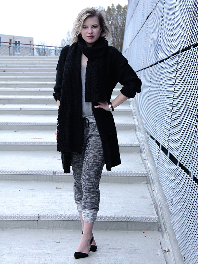 RED REIDING HOOD: Fashion blogger wearing all knits outfit knitwear knitted jogger pants OnePiece cardigan oversized scarf black grey edgy rock