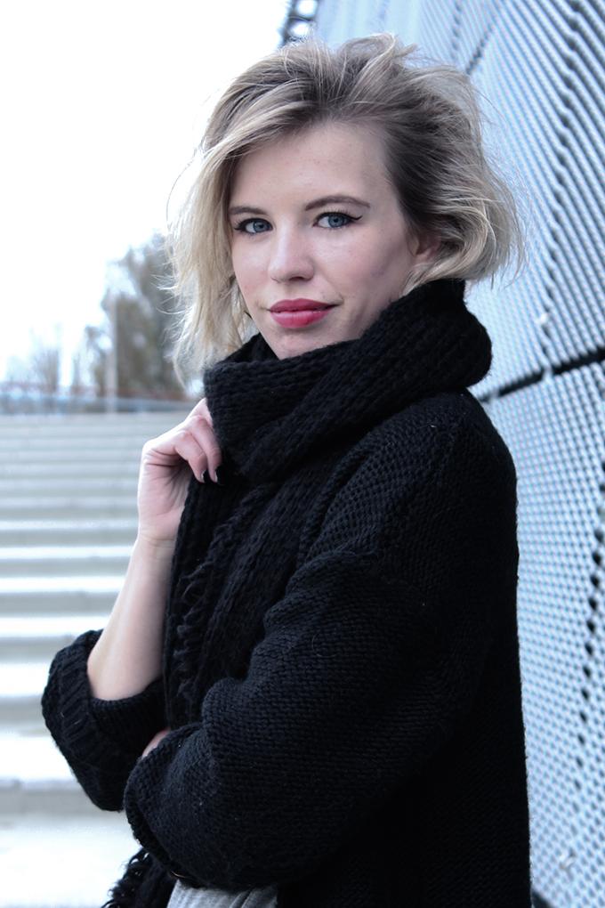 RED REIDING HOOD: Fashion blogger model off duty messy hair don't care blond short haircut big full lips