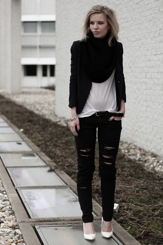 RED REIDING HOOD: Ripped skinny jeans Mango all black everything pointy wedges rock chick outfit recap 2013