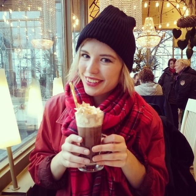RED REIDING HOOD: Kappeli Helsinki caf'é hot chocolate drinks warming up travel instagram fashion blogger