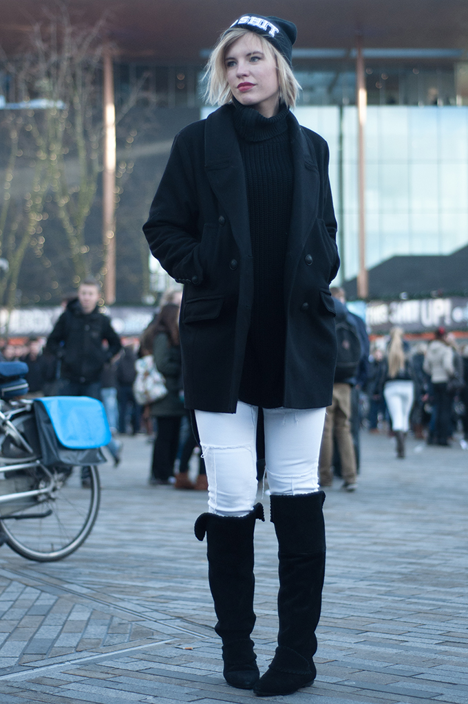RED REIDING HOOD: Fashion blogger wearing all black everything and white outfit model off duty streetstyle patchwork jeans